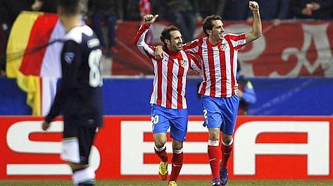 Godin e Juanfran festeggiano dopo il gol della vittoria sulla Lazio. Reuters