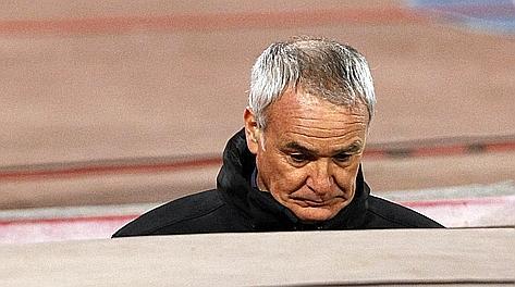 Claudio Ranieri, 60 anni, lascia a testa bassa e con un'espressione eloquente lo stadio San Paolo. Reuters
