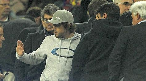 Alonso in tribuna al Camp Nou per Barcellona-Sporting Gijon. Reuters