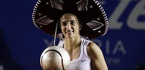 Sara Errani, 24 anni, con sombrero e il trofeo di Acapulco. Reuters
