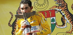 Jose Serpa con il trofeo del Langkawi. Bettini