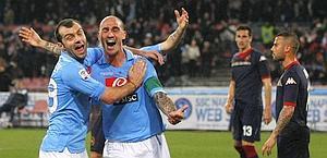 Paolo Cannavaro esulta con Pandev per il gol al Cagliari. Afp
