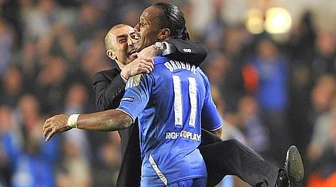 Robetro Di Matteo, 41 anni, abbraccia Didier Drogba, 34. Reuters