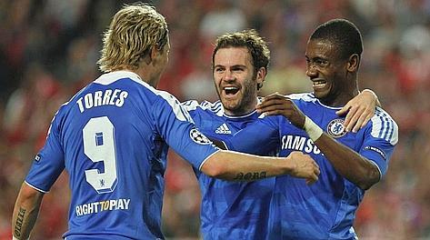 Fernando Torres e Juan Mata festeggiano Salomon Kalou dopo l'1-0. LaPresse
