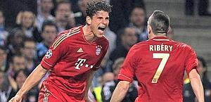 Mario Gomez festeggia con Ribery il gol del vantaggio. Epa