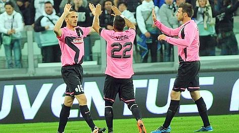 Vidal e Bonucci festeggiano dopo il gol del cileno. Ap