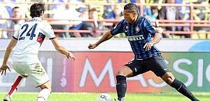 Fredy Guarin, 25 anni, contro Moretti, in Inter-Genoa. Ansa