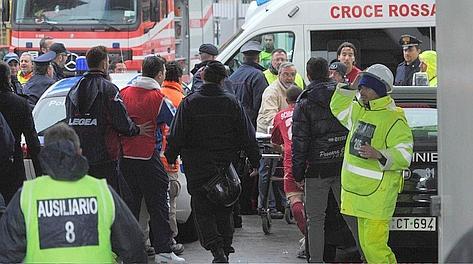 L'ambulanza bloccata da un'auto dei vigili urbani: i giocatori del Livorno prendono la barella e spostano l'auto. Ipp