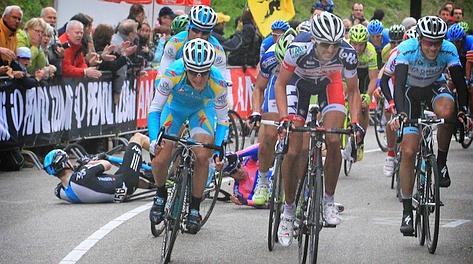 La caduta di Damiano Cunego sullo strappo finale. Bettini