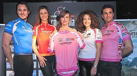 Le maglie del Giro '12: al centro la madrina Giorgia Wurth. LaPresse