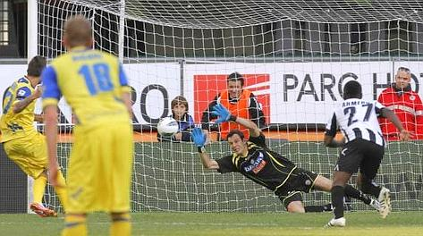 Samir Handanovic para il rigore a Cyrill Thereau. Ansa
