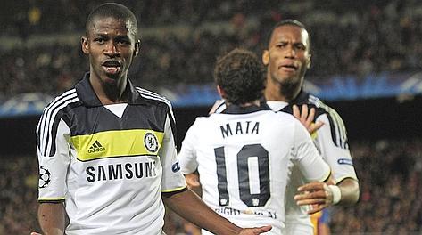 Ramires, autore del gol-qualificazione, festeggiato da Mata e Drogba. Afp