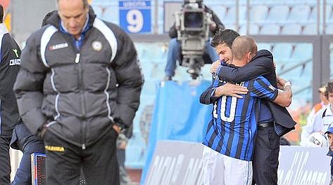 L'abbraccio fra Andrea Stramaccioni e Wesley Sneijder. Afp