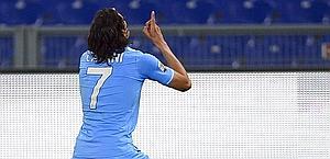 Cavani esulta dopo la rete del provvisorio 2-1 del Napoli. Afp