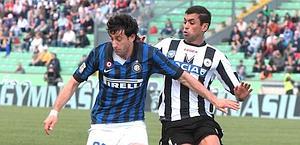 Diego MIlito contro Danilo Larangeira dell'Udinese. Ansa