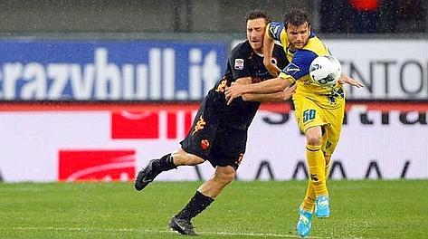 Perparim Hetemaj contro Francesco Totti. Ansa