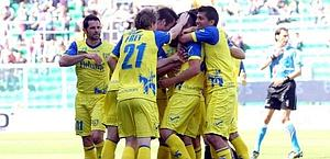 L'esultanza del Chievo dopo il 2-2 di Uribe. Ansa