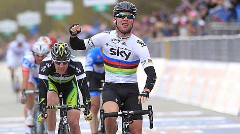 La volata vincente di Mark Cavendish. Bettini