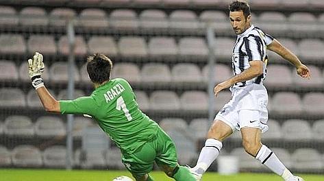Mirko Vucinic segna il gol dell'1-0 contro il Cagliari. Ansa