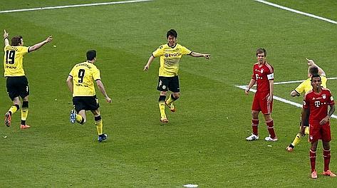 Kagawa festeggiato dopo il gol. Reuters