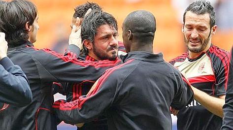 Gattuso salutato dai compagni e da uno Zambrotta in lacrime. Ansa