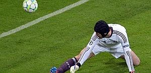 Cech, aiutato dal palo, si salva sul tiro di Robben. Epa