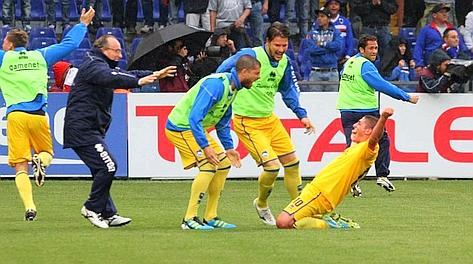 L'esultanza di Caprari dopo il gol del momentaneo 1-0. LaPresse