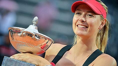 Maria Sharapova, 25 anni, con in pugno il trofeo. LaPresse