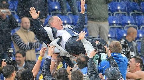 Zdenek Zeman, 65 anni, portato in trionfo dai suoi giocatori dopo la vittoria sulla Samp. Rattini