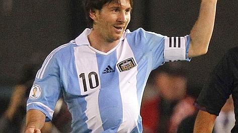 Leo Messi festeggia con la palla sotto la maglia. Reuters