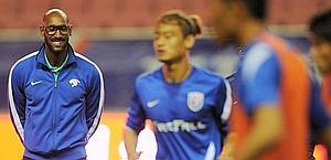 Nicolas Anelka (a sinistra), 32 anni, durante un allenamento in Cina. Afp