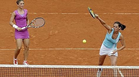 Sara Errani, 25 anni, e Roberta Vinci, 29, in azione al Roland Garros. Ansa