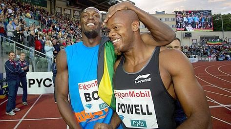 Usain Bolt, 25 anni, abbraccia l'amico-rivale Asafa Powell, 29. Afp