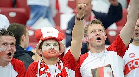 Tifosi polacchi allo Stadio Nazionale prima della sfida con Grecia. Epa