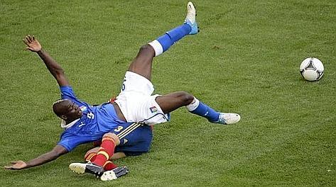 Mario Balotelli travolge Gerard Pique. Ansa