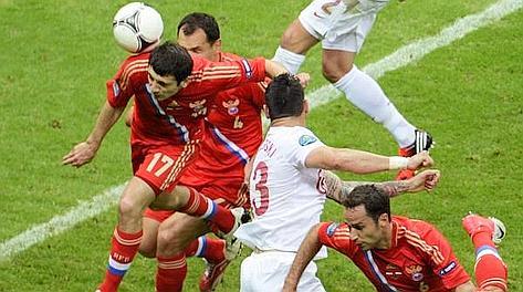 Dzagoev sfiora la punizione di Arshavin: gol russo. Ansa