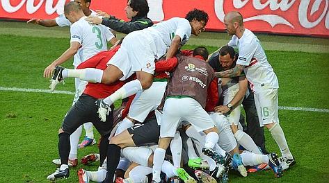 Delirio portoghese dopo il gol di Varela. Afp