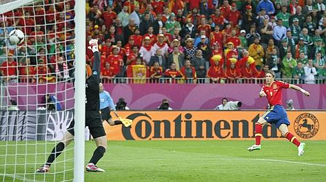 Il gol di Fernando Torres per l'1-0 della Spagna. Ap