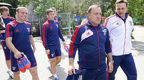 Dick Advocaat dirige l'allenamento della Russia alla vigilia del match con la Grecioa. Reuters
