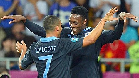 L'abbraccio tra Walcott e Welbeck dopo il gol partita. Afp