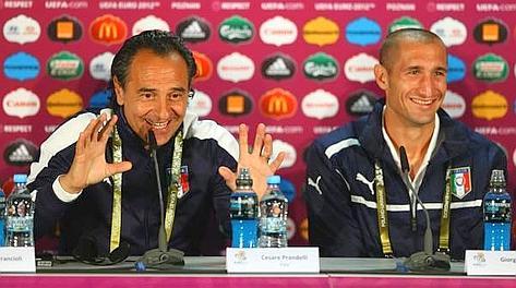 Cesare Prandelli, 54 anni, in conferenza stampa con Chiellini. Ansa