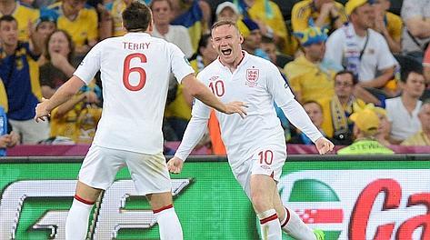 John Terry festeggia Wayne Rooney dopo il gol partita. Afp