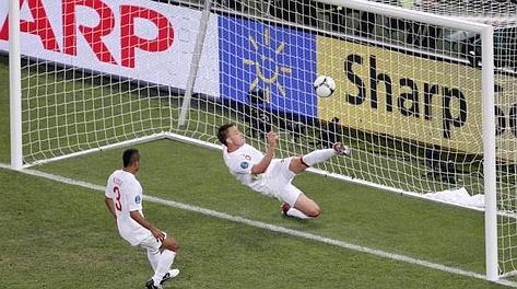 Il gol fantasma di Devic: Terry salva oltre la linea. Epa