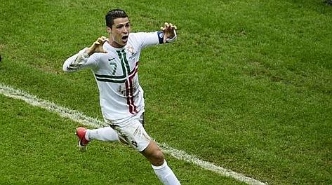 Cristiano Ronaldo festeggia il gol ai cechi. Epa