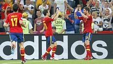 Xabi Alonso festeggiato dopo il gol dell'1-0. Reuters
