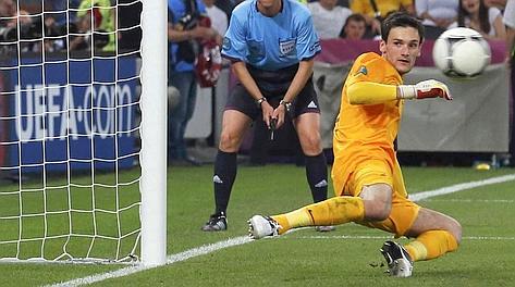 Lloris da una parte, il rigore di Xabi Alonso dall'altra. Reuters