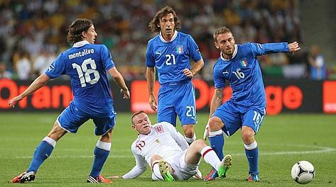 Montolivo, Pirlo e De Rossi: Rooney non ha scampo. LaPresse