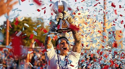Carlos Campestrini, capitano dell'Arsenal, alza il trofeo. Reuters