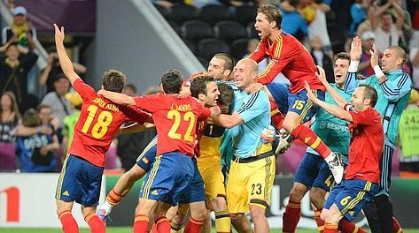 Gioia spagnola dopo il rigore trasformato da Fabregas. Afp