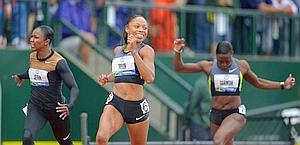 Allyson Felix, al centro, vince i 200 m su Jeter e Tarmoh. Reuters